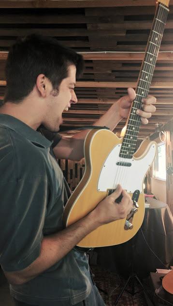 En els moments entre cançons en Dani es deixava anar amb la guitarra